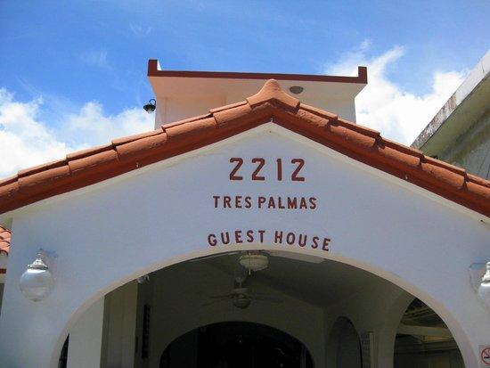 Tres Palmas Inn: Front of the inn