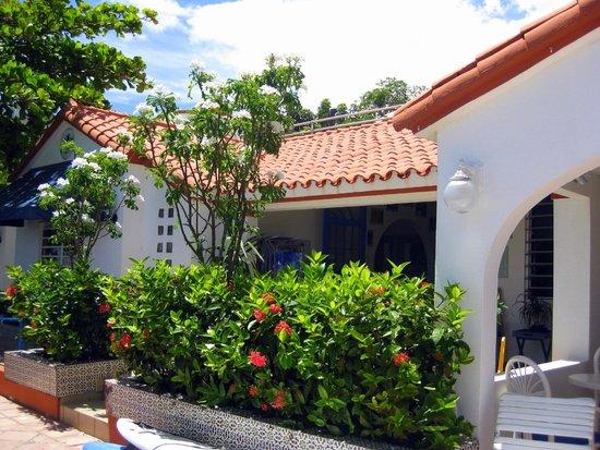 Tres Palmas Inn: Front of inn
