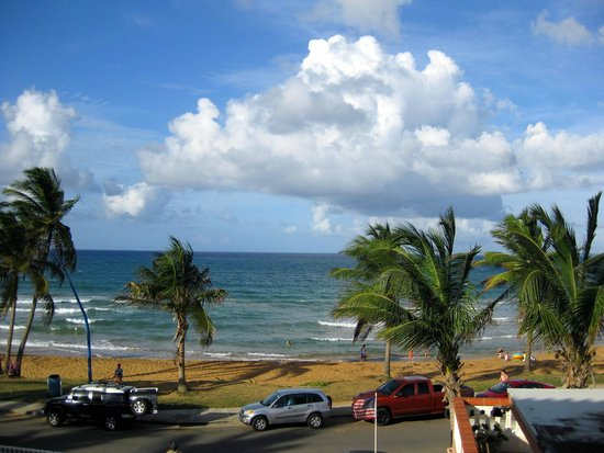 Luquillo Sunrise Beach Inn : Beach just right across the street!