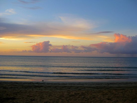 Luquillo Sunrise Beach Inn : Beautiful sunset on Luquillo Beach