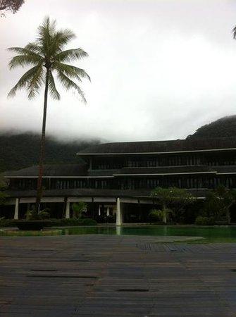 Mercure Koh Chang Hideaway Hotel: пасмурный день. вид от бассейна на ресторан