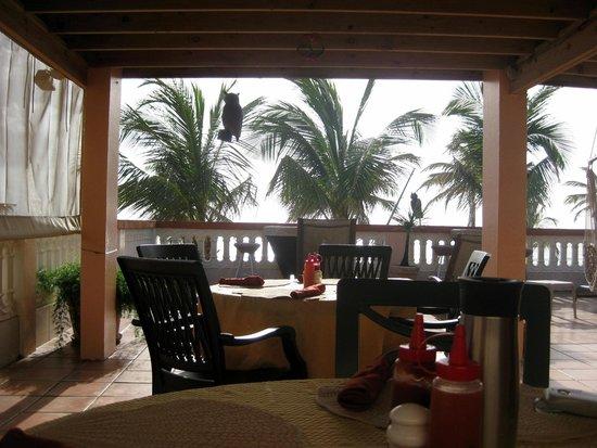 Luquillo Sunrise Beach Inn: Breakfast bar