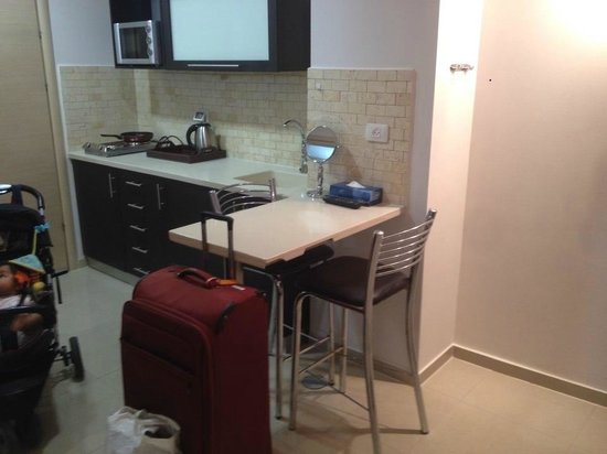 Royalty Suites: Kitchen with cooking amenities