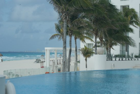 Le Blanc Spa Resort: Beach view from the pool area