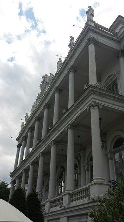 Palais Coburg Hotel Residenz: La facciata porticata