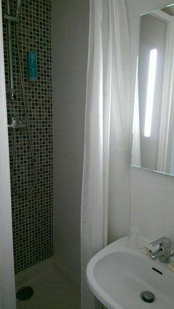 Hôtel At Gare du Nord: 廁所還算乾淨。