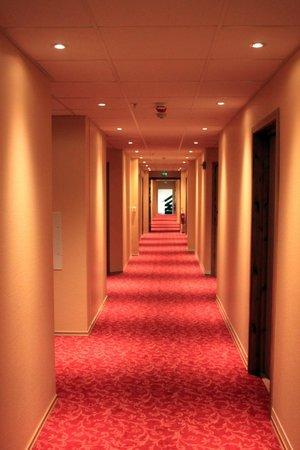 Klaekken Hotell: Overzicht over de gang, beetje oud..