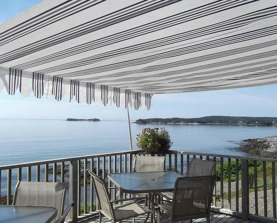 Baybreeze Restaurant & Motel : Patio Eating Area and View of the Bay of Fundy