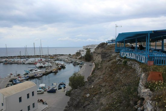 Taverna Dimitris Vlichada: panoramic view of the tavern over the harbour