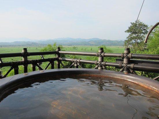 Four Seasons Tented Camp Golden Triangle : hot tub outside (never used..really hot outside!)