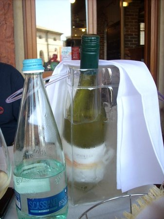Fondaloro: Il vino dentro al ghiaccio...contenitore di plastica...