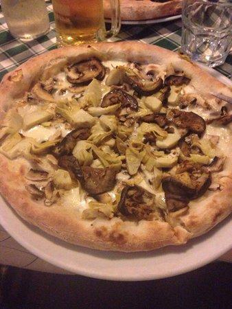 La Taverna : Pizza bianca con melanzane carciofi e funghi