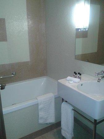 The New Ellington: Bathroom