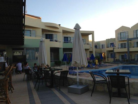 Hotel Bella Pais: Pool am Nachmittag mit angrenzenden Suiten