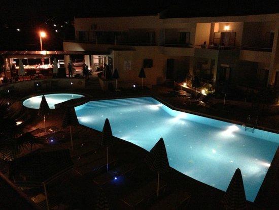 Hotel Bella Pais: Beleuchteter Pool am Abend