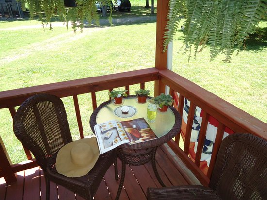 Shady Acres Bed and Breakfast: Refreshment Time