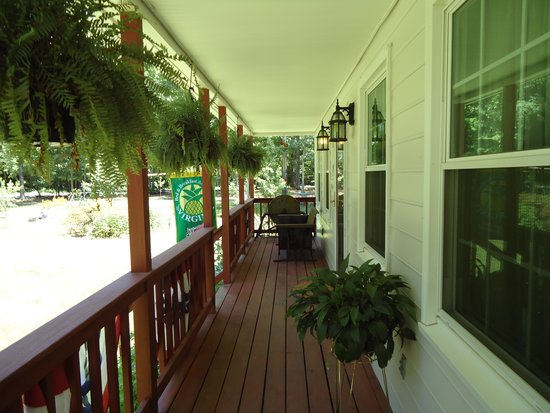 Shady Acres Bed and Breakfast: Enjoy the windchimes and water fountains from the antique porch swing