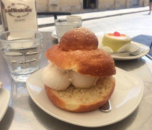 Caffe Sicilia: Brioche con gelato alle mandorle