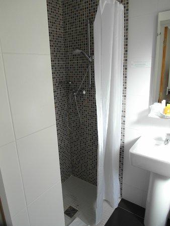 Hotel du Printemps : shower