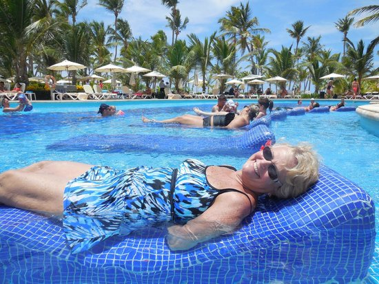 Hotel Riu Palace Bavaro: Relaxing in the pool