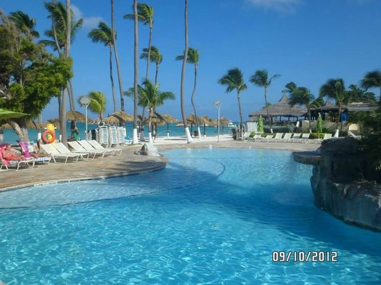 Holiday Inn Resort Aruba - Beach Resort & Casino: Pileta y playa en Holiday Inn Aruba <3