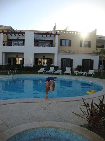 Sagres Time Apartamentos: Atardecer en la piscina