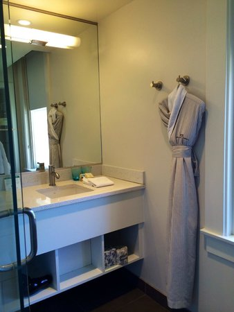 Hotel Parq Central : Comfy robe
