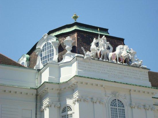 Hofburg: Detalhe de esculturas no alto da Biblioteca Nacional