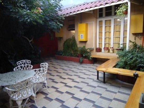 Hostal Providencia: Jardim interno