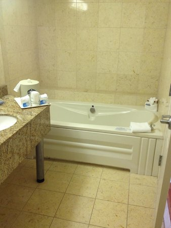 Wingate by Wyndham Atlanta/Buckhead : Executive Suite single-person jacuzzi