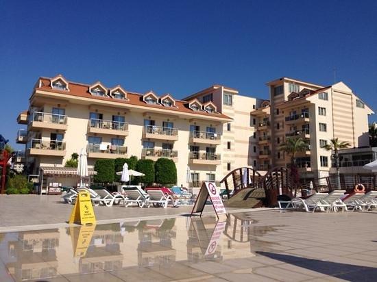 Grand Pearl Beach Resort : одно из зданий отеля