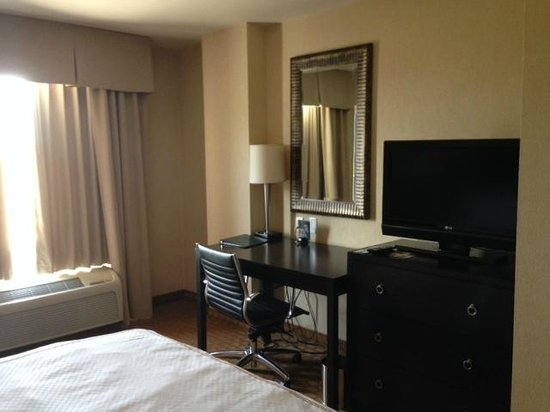 Homewood Suites Silver Spring: Desk/Flat screen TV