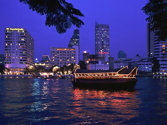 Chao Phraya River: Loy Nava on the Chao Phray River