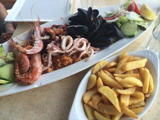 Mr. Fitz: Piatto per due: polipo e calamari serviti su riso alla marinara, gamberoni e cozze, insalata e p