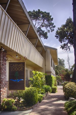 Carmel Lodge: Exterior - Front of hotel on San Carlos Street