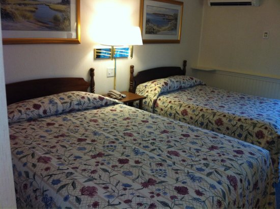 Green Harbor Waterfront Lodging: Two double beds take up much of room...but it's okay!