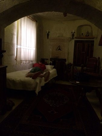 Koza Cave Hotel: Camera 8, zona salotto con extra bed