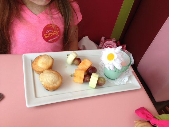 American Girl Bistro: Fruit, muffins and yogurt