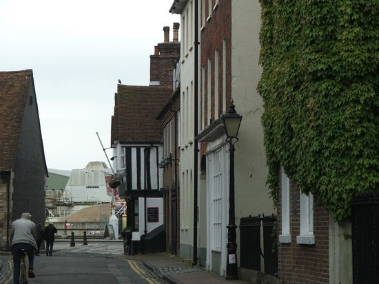 Poole Harbour: Quaint streets leading to the Quay