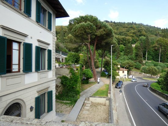 FH Villa Fiesole Hotel : View right outside room of busy street