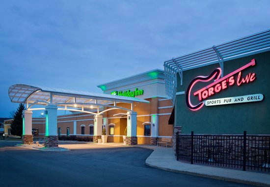 Torge's Live Sports Pub & Grill: Attached to the Holiday Inn