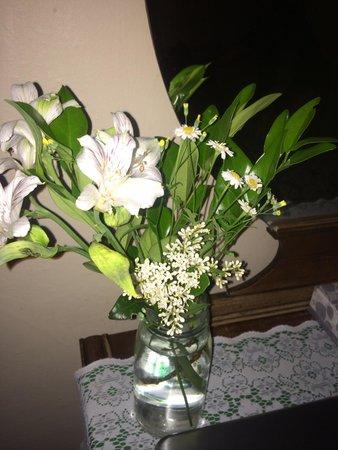 Columbia Hotel: Flowers in room