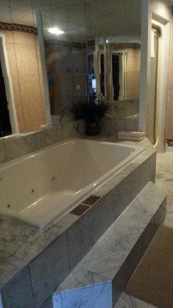 The Cozy Country Inn: 2-person jacuzzi tub