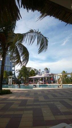 ClubHotel Riu Ocho Rios: View on pool and poolbar.