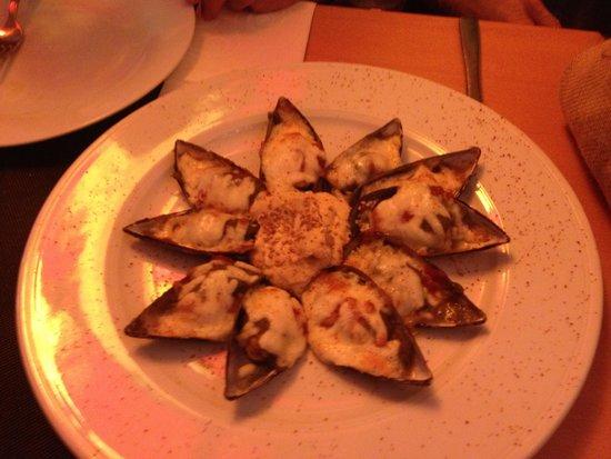 La Parrala Paella Resto Bar: Baked mussels appetizer
