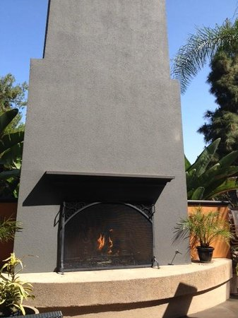 Hilton Garden Inn Los Angeles Montebello : Patio fireplace behind- golf course green