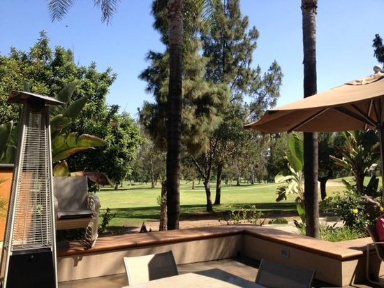 Hilton Garden Inn Los Angeles Montebello: patio where fireplace is...