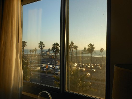 Kimpton Shorebreak Hotel: View of the ocean right from the bed
