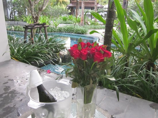 Twinpalms Phuket: Champagne and roses on arrival