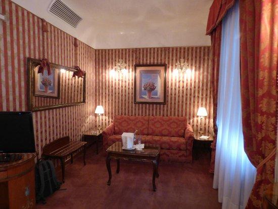 Hotel Locanda Vivaldi: Sitting area of room